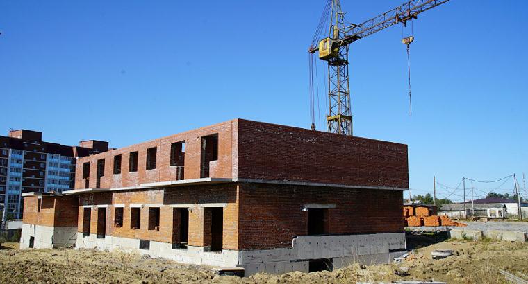 Подрядчики строители некачественно уложили кирпич при строительстве дома ЖК «Березки», и теперь новой подрядной организации придется разобрать два уже возведенных этажа строящегося дома.
