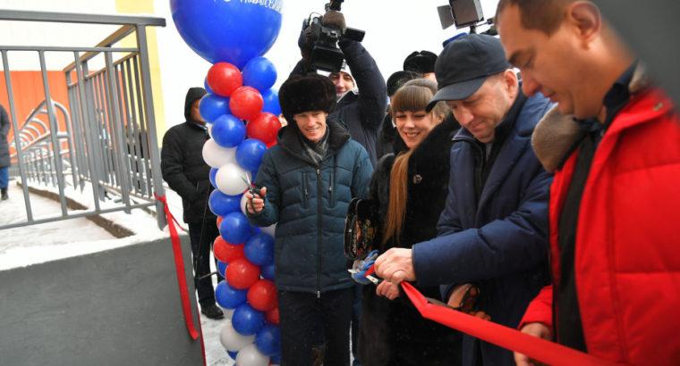 Губернатор в Хабаровске вручил ключи от квартир первым новоселам жилого дома по улице Аэродромной