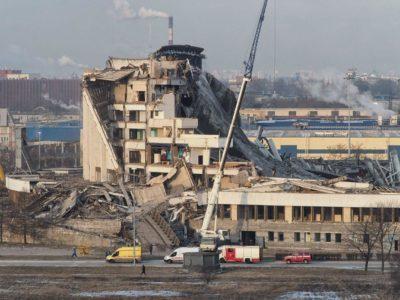 При демонтаже крыши спортивно-концертного комплекса (СКК) «Петербургский» в Петербурге произошло обрушение 80% стен и кровли, погиб один рабочий. Видео обрушения.