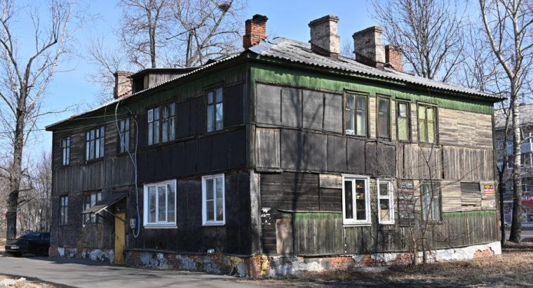 Mинистр ЖКХ Хабаровского края Дарий Тюрин посетил аварийные бараки на проспекте 60-летия Октября.