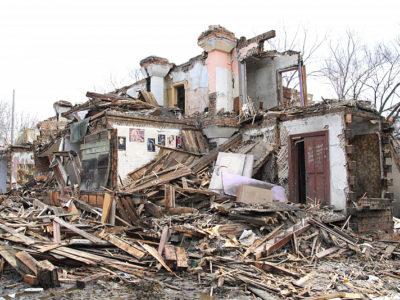 Первый барак на окраине парка Динамо в Хабаровске отправился под снос.