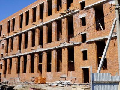 Короновирус остановил стройку под Хабаровском. Работы на стройке ЖК «Гринвилль» планируют завершить после отмены ограничений из-за «ковида».