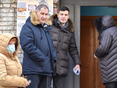 Представители администрации Хабаровска и регионального правительства ознакомились с бытом новоселов бывших жильцов аварийного жилья.