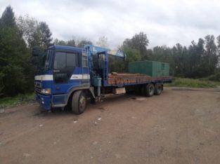 Водитель грузового автомобиля с крановой установкой